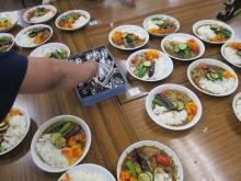 夏野菜カレーを盛り付け!