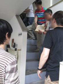 階段のバケツリレーはなかなか大変です。。