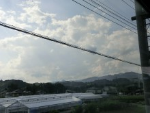 ビニルハウス、家、山、雲