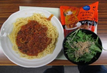 スパゲティミートソースに水菜のサラダ、デザートはシュークリーム