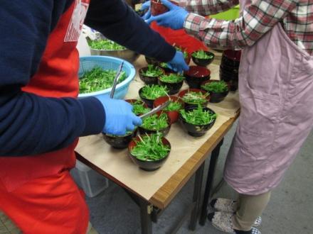水菜サラダを盛り付けています