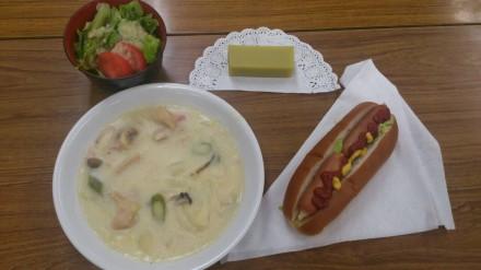 ホットドック・サラダ・シチュー・芋ようかんで昼食!