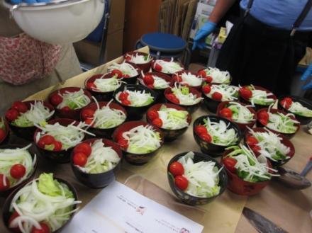 玉ねぎとレタスとプチトマトのサラダ
