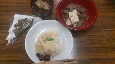たけのこご飯、肉豆腐、けんちん汁、柏餅で昼食