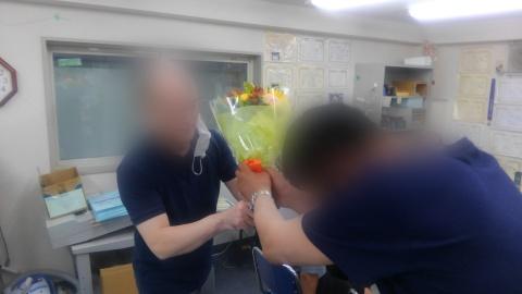 送別会で花束を渡すところ