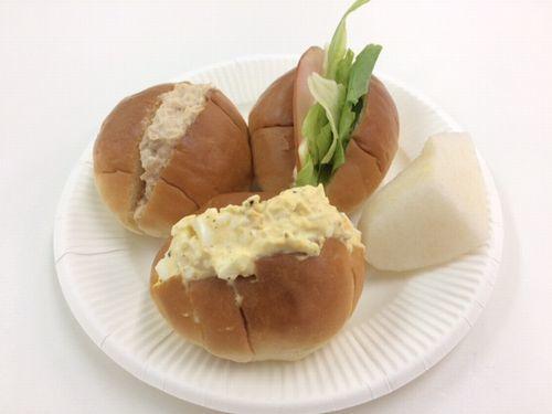 ロールパンでサンドイッチ